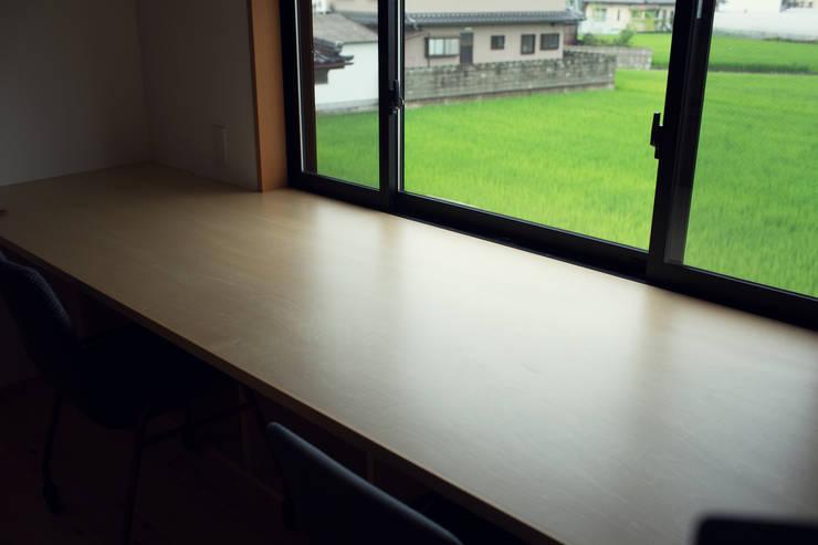 柔らかい光に包まれたらせん階段のある家: ELD INTERIOR PRODUCTSが手掛けた書斎です。