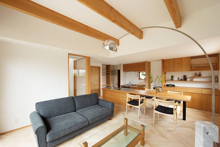 柔らかい光に包まれたらせん階段のある家: ELD INTERIOR PRODUCTSが手掛けたリビングです。