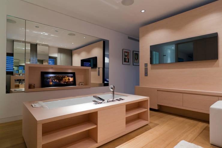 Casas de banho  por Atelier TO-AU