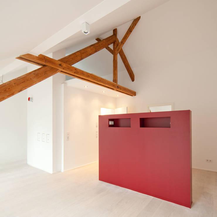 Freistehende Wand im Schlafzimmer:  Schlafzimmer von Beck+Blüm-Beck Architekten,Modern