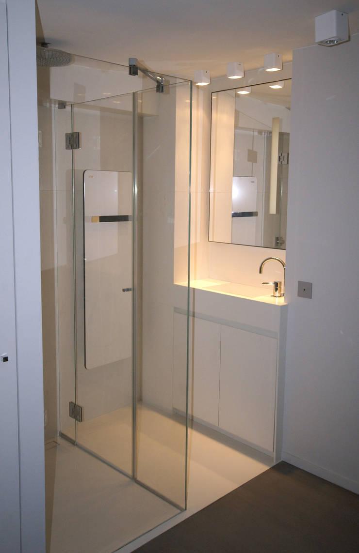 Espace douche: Salle de bains de style  par Atelier TO-AU