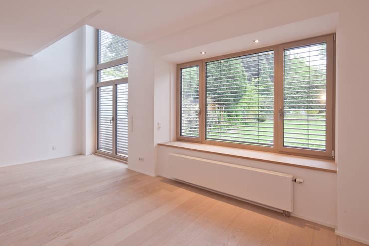Tiefe Fensterbank:  Wohnzimmer von Beck+Blüm-Beck Architekten,Modern