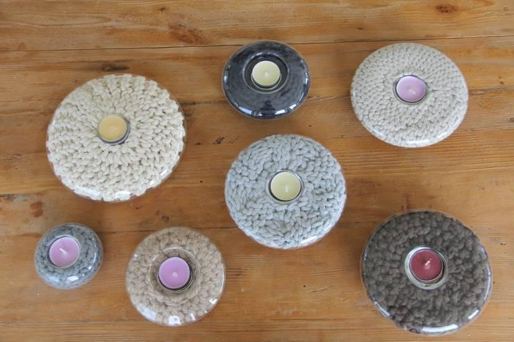Szklane świeczniki ze sznurkiem.: styl , w kategorii Salon zaprojektowany przez Manufaktura pracownia artystyczna