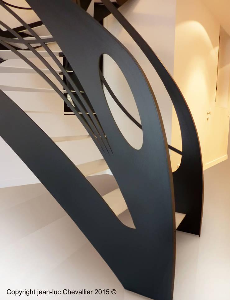 Escalier design débilardé Art Nouveau: Couloir, entrée, escaliers de style  par La Stylique