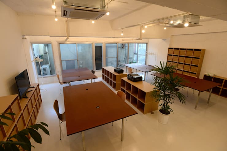 若竹ビル の シェアオフィス | coworking space in 5th Avenue: SHUSAKU MATSUDA & ASSOCIATES, ARCHITECTSが手掛けた書斎です。,モダン