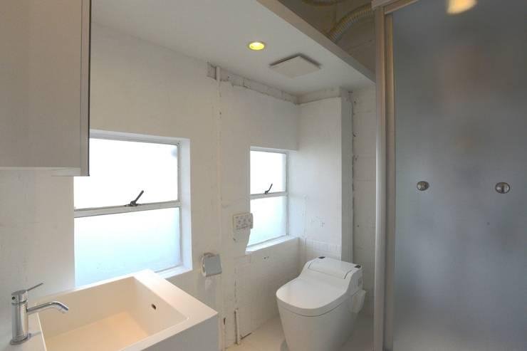 若竹ビル の シェアオフィス | coworking space in 5th Avenue: SHUSAKU MATSUDA & ASSOCIATES, ARCHITECTSが手掛けた浴室です。,モダン