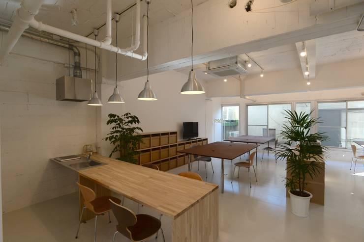 若竹ビル の シェアオフィス | coworking space in 5th Avenue: SHUSAKU MATSUDA & ASSOCIATES, ARCHITECTSが手掛けたダイニングです。,モダン