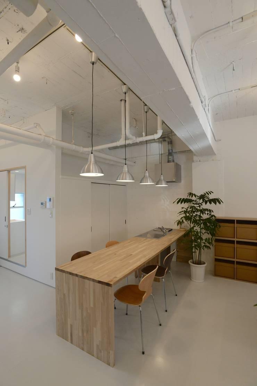 若竹ビル の シェアオフィス | coworking space in 5th Avenue: SHUSAKU MATSUDA & ASSOCIATES, ARCHITECTSが手掛けたキッチンです。,モダン