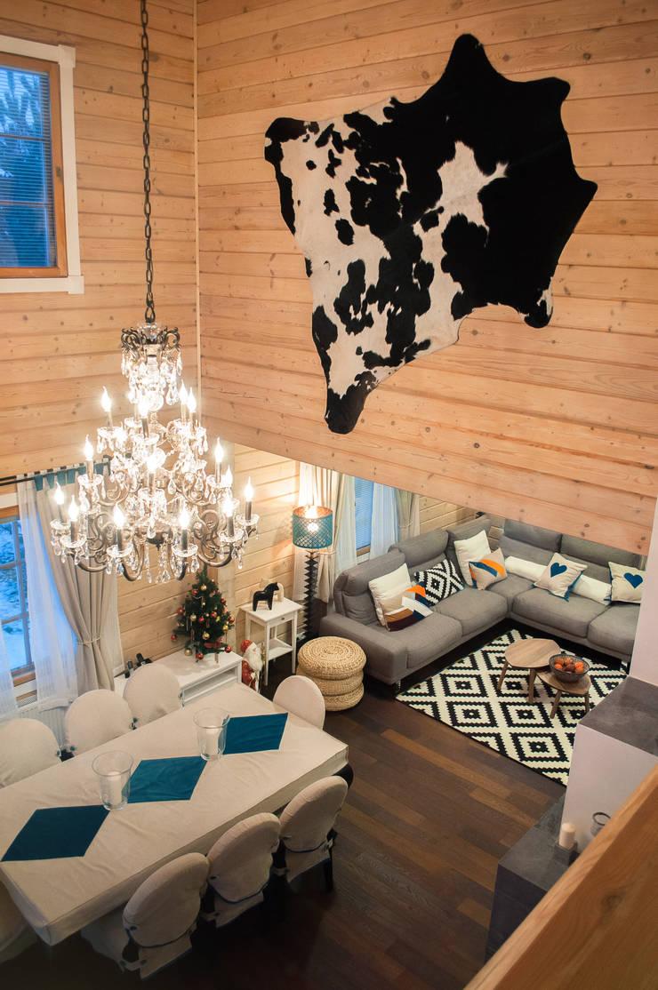 Гостиная в доме из клееного бруса в скандинавском стиле. Второй свет.:  в . Автор – design-family