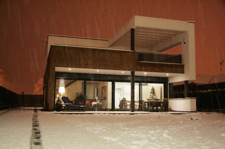 Fachada principal y jardín nevado: Casas de estilo  de FG ARQUITECTES