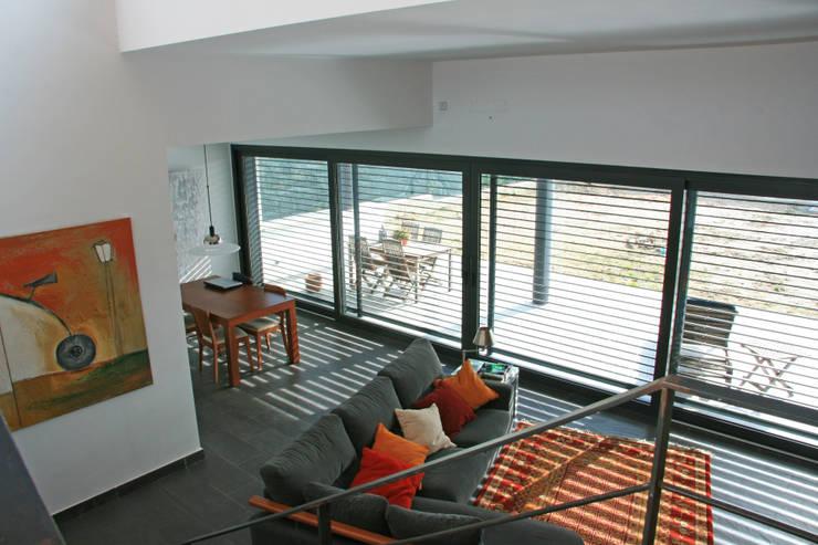 Salón desde las escaleras, vistas hacia el comedor: Salones de estilo  de FG ARQUITECTES