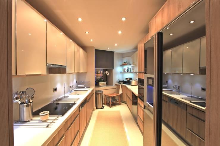 Kerim Çarmıklı İç Mimarlık – AKMERKEZ EVI / AKMERKEZ HOUSE  2012: modern tarz Mutfak