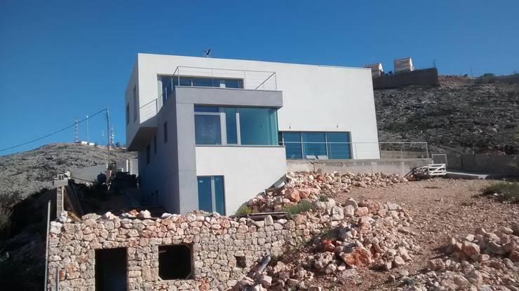 Villa Vera. Primera vivienda en España en obtener la certificación de sostenibilidad BREEAM.: Casas de estilo moderno de Estudio1403