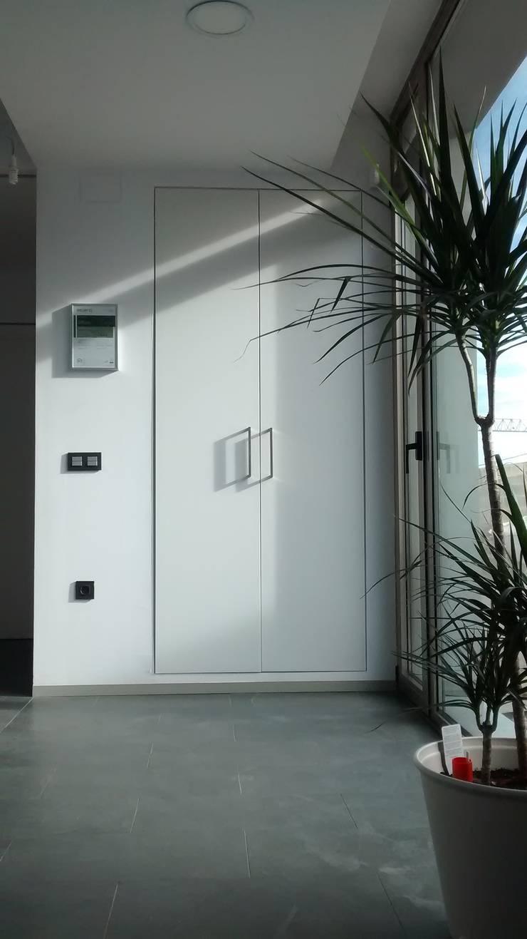 Vestíbulo con armario.: Pasillos y vestíbulos de estilo  de Estudio1403, COOP.V. Arquitectos en Valencia