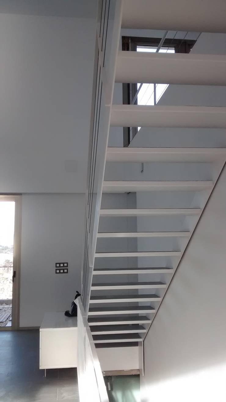 Villa Vera. Primera vivienda en España en obtener la certificación de sostenibilidad BREEAM.: Pasillos y vestíbulos de estilo  de Estudio1403