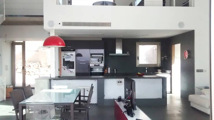 Villa Vera. Primera vivienda en España en obtener la certificación de sostenibilidad BREEAM.: Cocinas de estilo moderno de Estudio1403