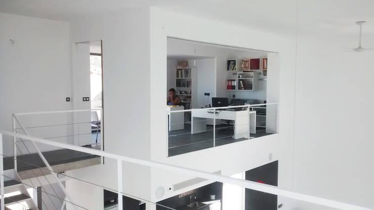 Villa Vera. Primera vivienda en España en obtener la certificación de sostenibilidad BREEAM.: Estudios y despachos de estilo moderno de Estudio1403