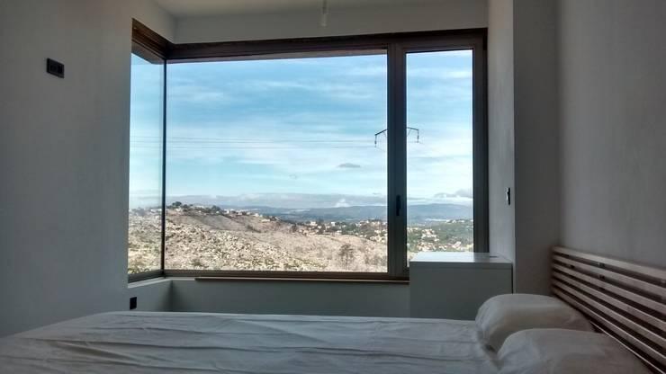 Villa Vera. Primera vivienda en España en obtener la certificación de sostenibilidad BREEAM.: Ventanas de estilo  de Estudio1403
