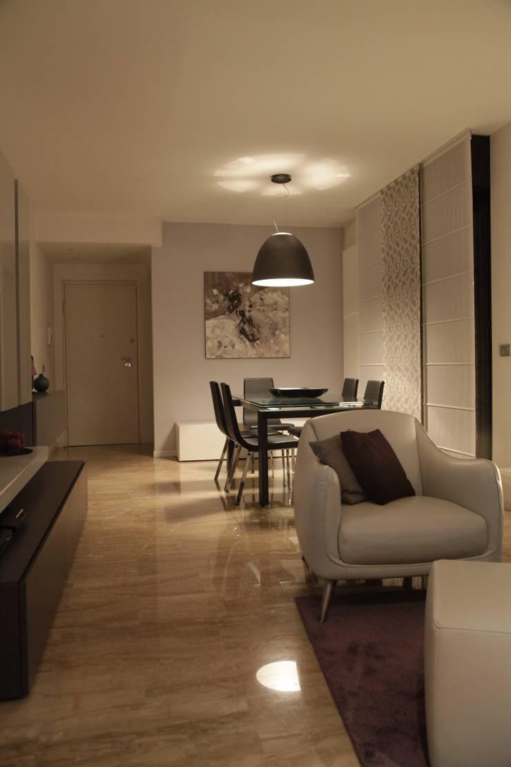 ZONA LIVING: vista sulla zona ingresso: Soggiorno in stile  di  gv-architettura di Gianluca Veronese architetto, Moderno