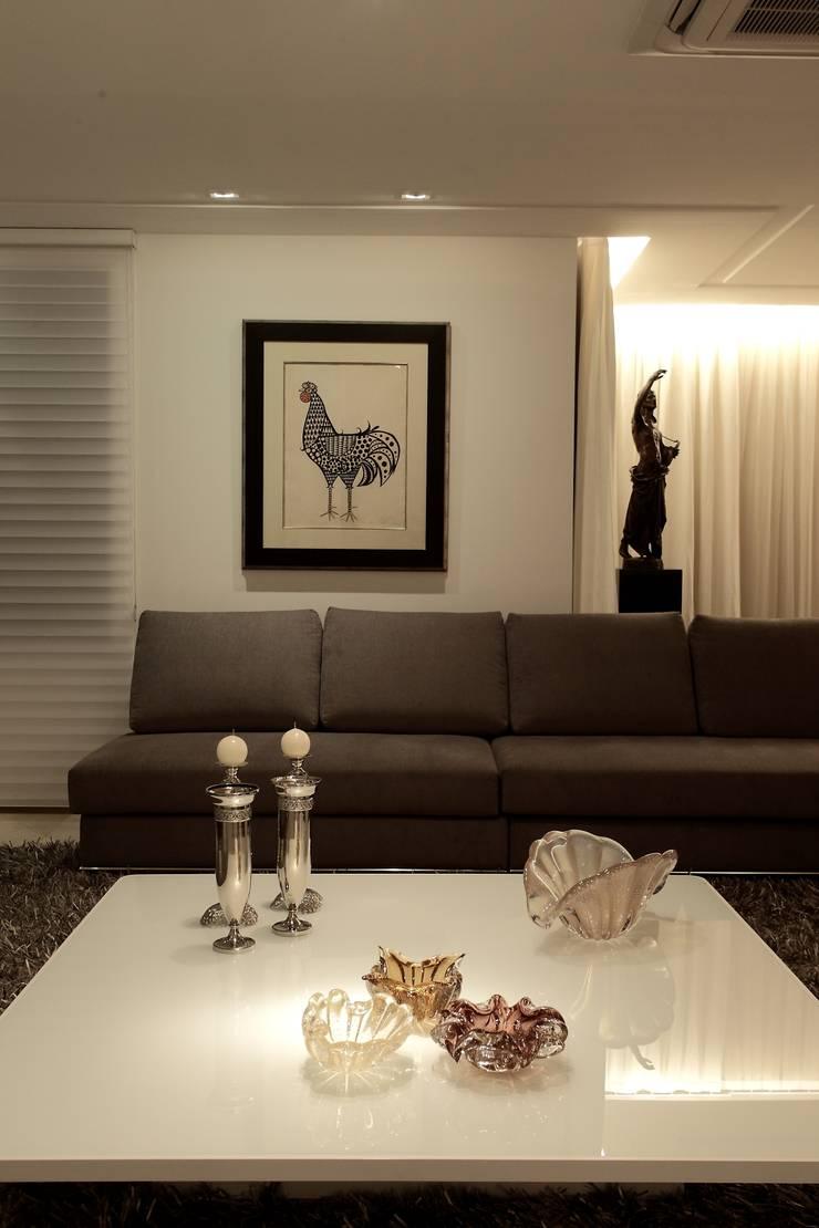 Apartamento Mucuripe: Salas de estar  por Carlos Otávio Arquitetura e Interiores