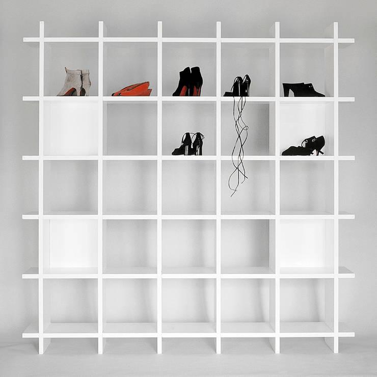 bestücktes papierregal:  Wohnzimmer von Frank Huster