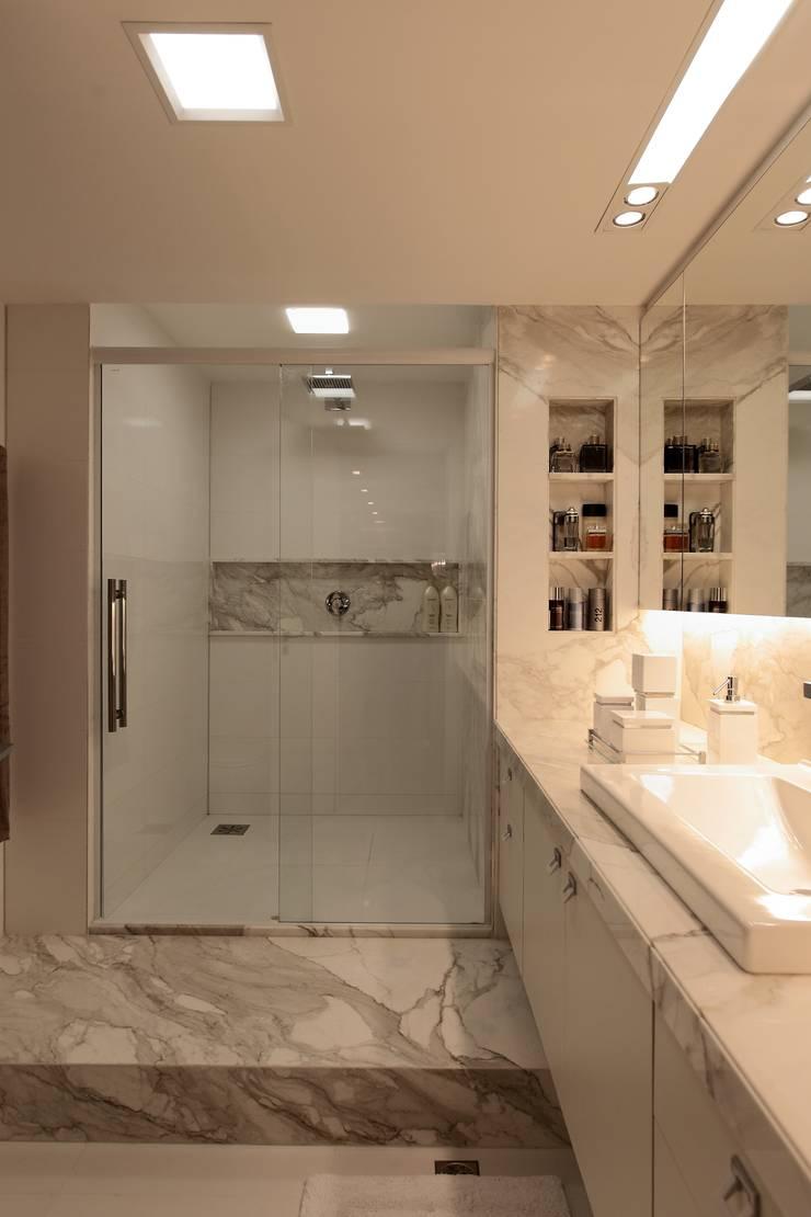 Apartamento Mucuripe: Casas de banho  por Carlos Otávio Arquitetura e Interiores