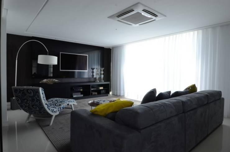Casa Alphaville: Salas multimédia  por Carlos Otávio Arquitetura e Interiores