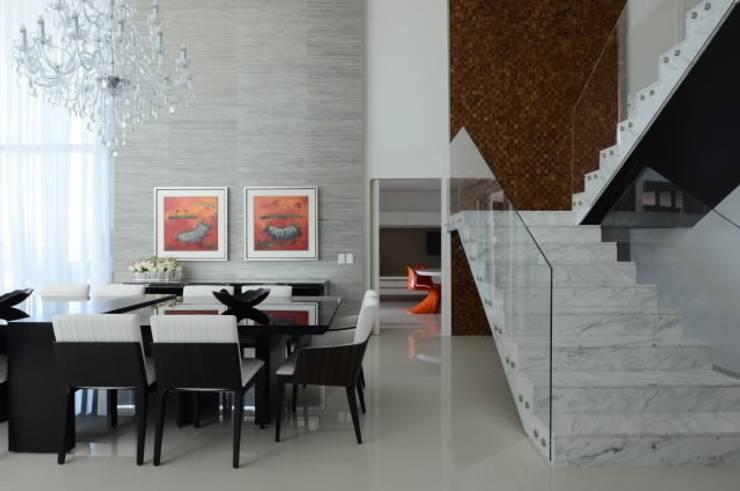 Casa Alphaville: Salas de jantar  por Carlos Otávio Arquitetura e Interiores