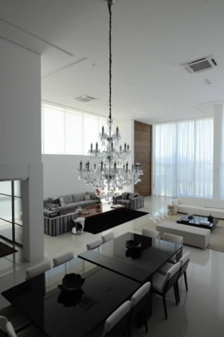 Casa Alphaville: Salas de estar  por Carlos Otávio Arquitetura e Interiores