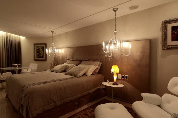 Apartamento Mucuripe: Quartos  por Carlos Otávio Arquitetura e Interiores