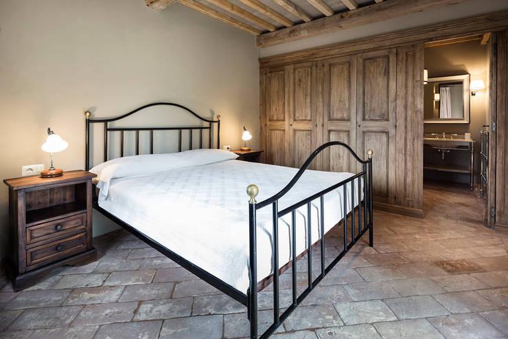 Gaiole in Chianti, Toscana: Camera da letto in stile in stile Rustico di Arlene Gibbs Décor