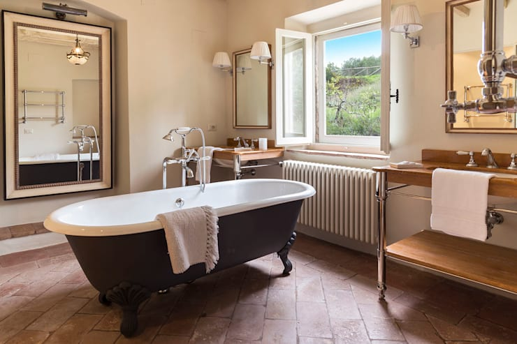 Gaiole in Chianti, Toscana: Bagno in stile  di Arlene Gibbs Décor