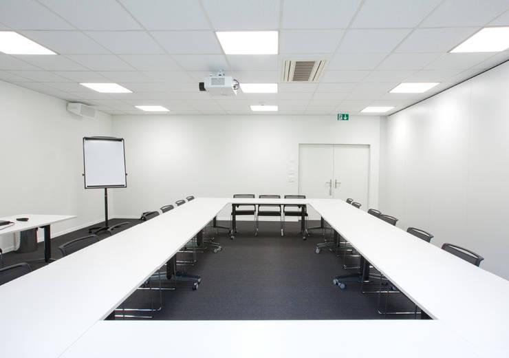 Bürobeluchtung:  Bürogebäude von KANDEM Leuchten GmbH,Minimalistisch