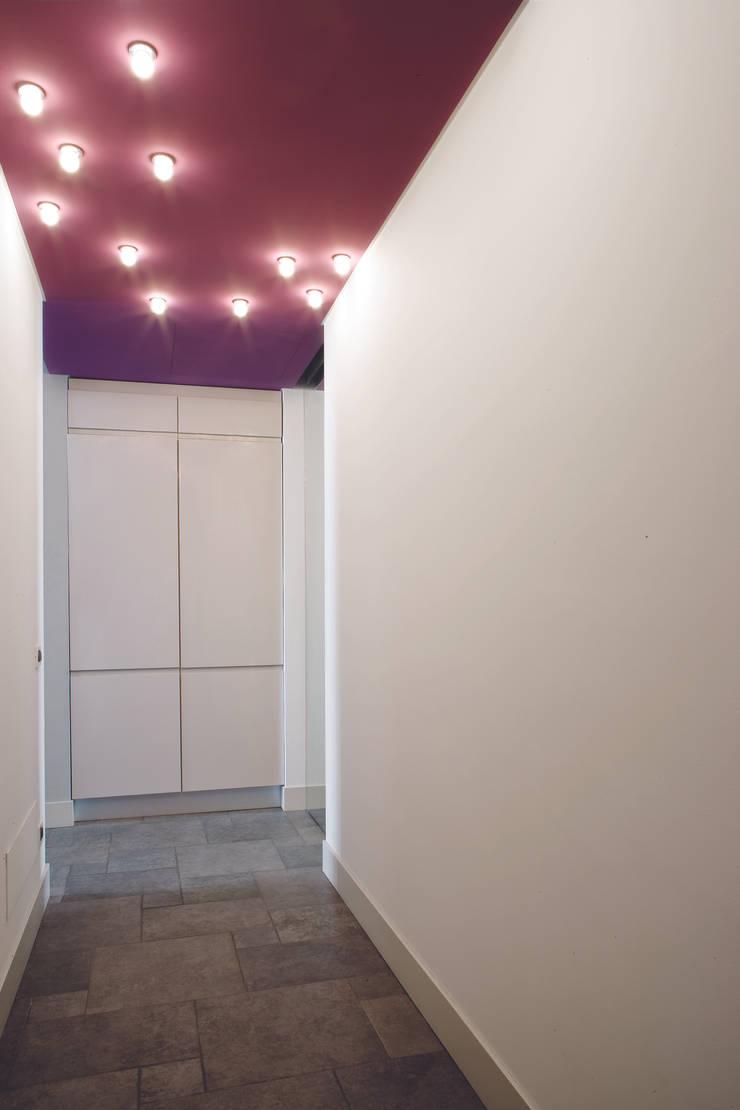 GR Apartment, Milano: Ingresso & Corridoio in stile  di Calvi Brambilla