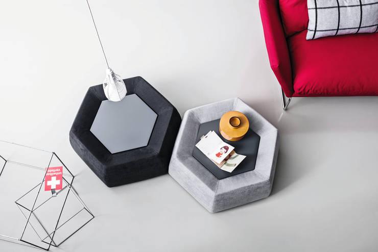 Honey coffee table for Saba:  in stile  di Calvi Brambilla, Moderno
