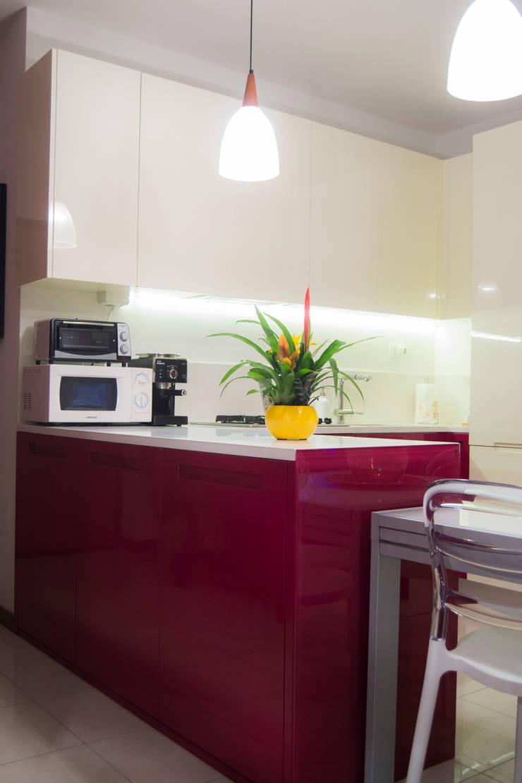 Cucina bicolore laccata lucida rossa e bianca: Cucina in stile  di Arredamenti Ancona s.r.l.