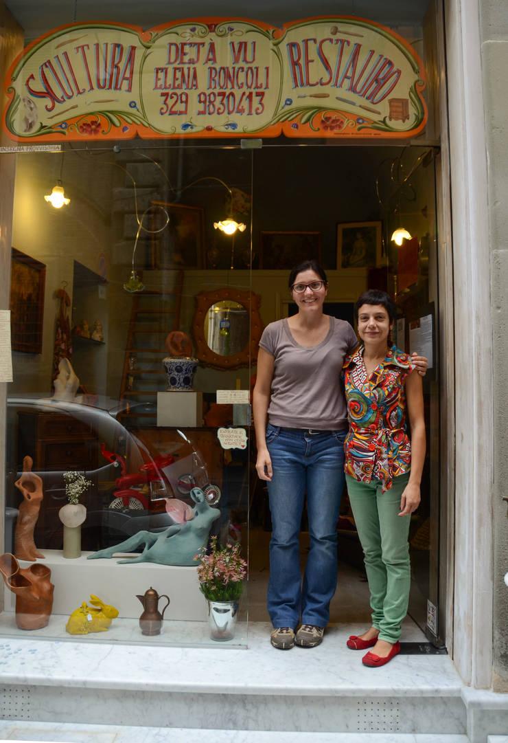 Claudia Grespi con Elena Roncoli di fronte al suo atelier: Negozi & Locali commerciali in stile  di RIECOLOGIZZO, Eclettico