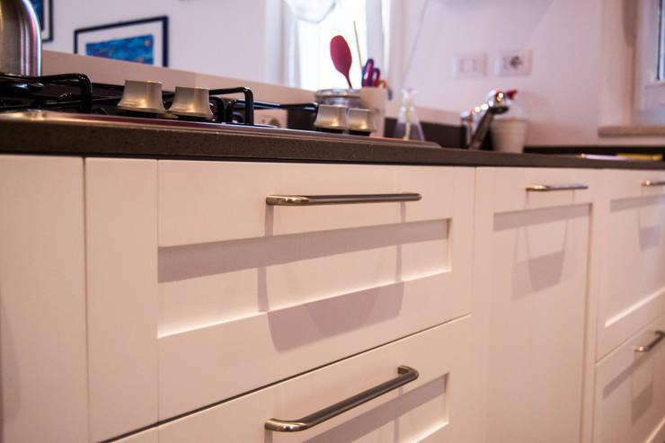 Cucina laccata con penisola e specchiature: Cucina in stile  di Arredamenti Ancona s.r.l.,