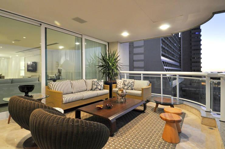 Apartamento 2020: Terraços  por Carlos Otávio Arquitetura e Interiores