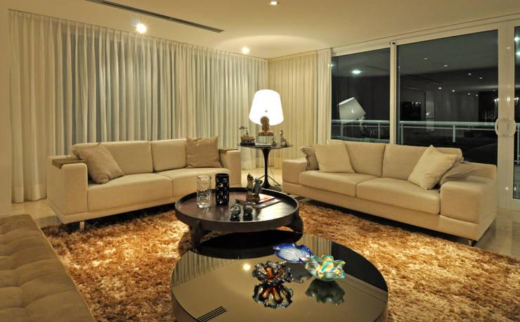 Apartamento 2020: Salas de estar  por Carlos Otávio Arquitetura e Interiores