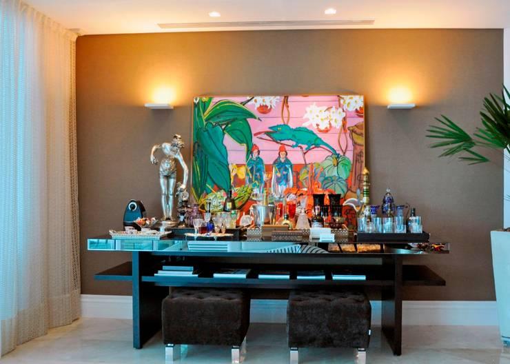 Apartamento 2020: Paredes  por Carlos Otávio Arquitetura e Interiores