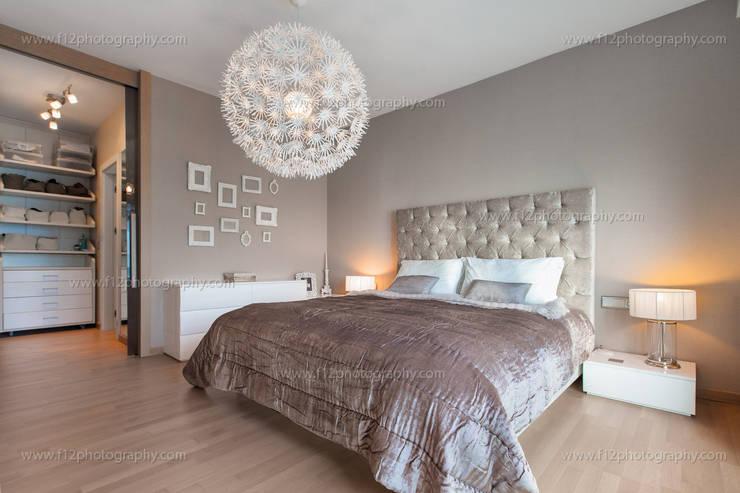 f12 Photography – Regnum Sky Apartment: klasik tarz tarz Yatak Odası