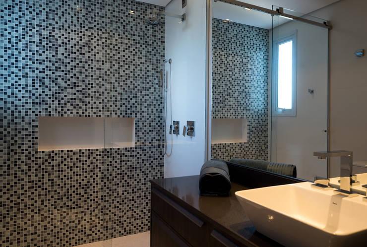 Descanso na cidade: Banheiros  por ArchDesign STUDIO
