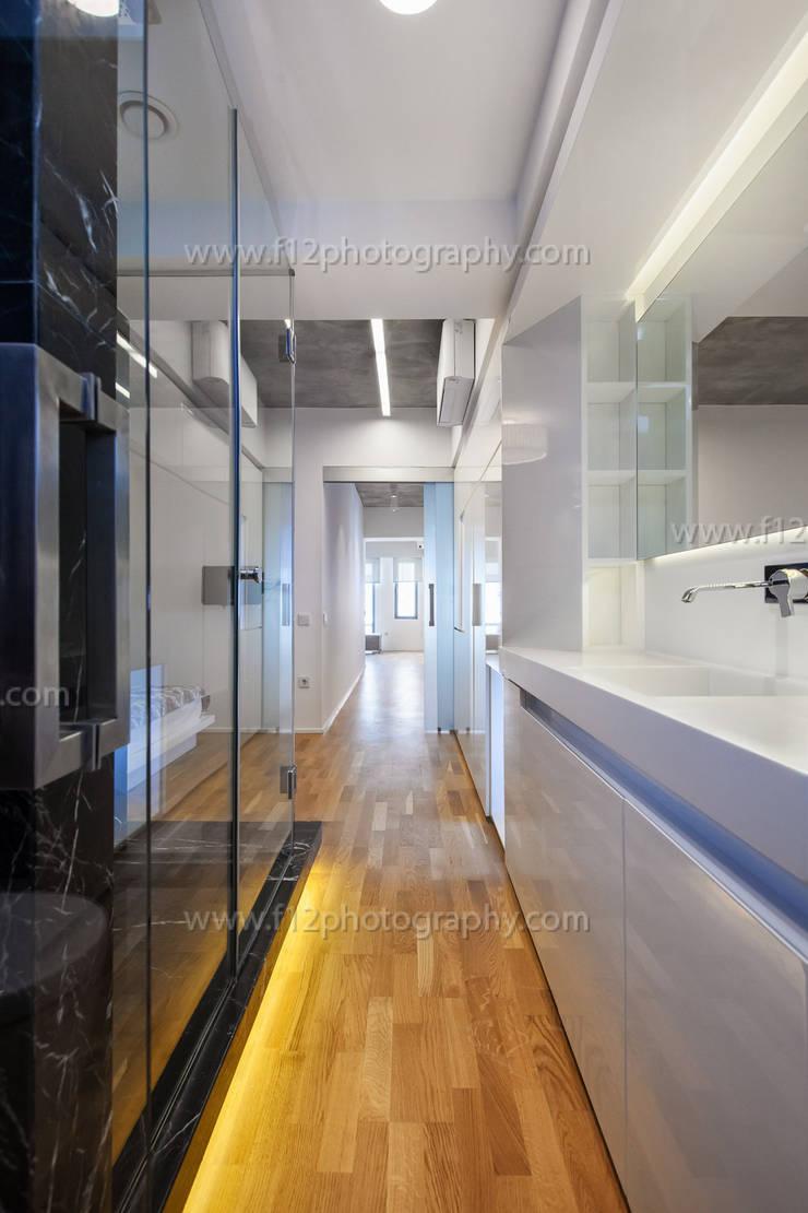 f12 Photography – 5 Flats: modern tarz Banyo