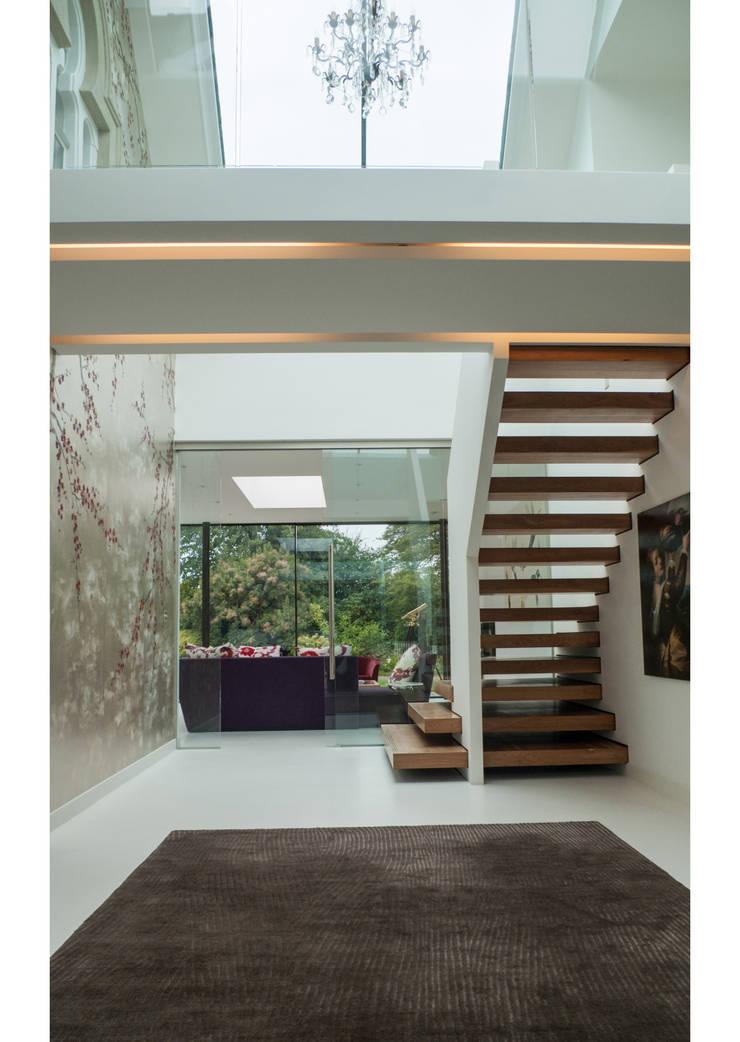 Glass House:  Corridor & hallway by Sophie Nguyen Architects Ltd