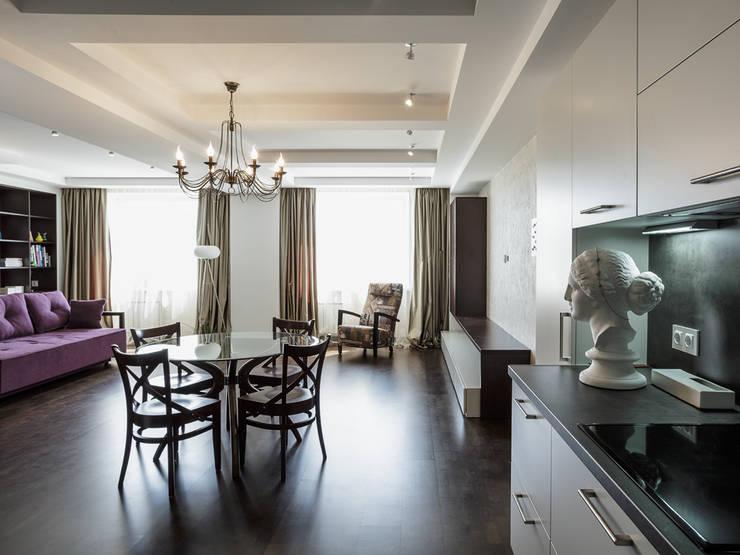 Гостиная (вид из кухни):  в . Автор – PROTOTIPI architects