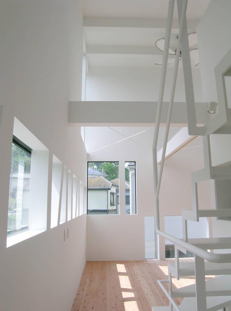 2階子世帯廊下からリビングを見る: 株式会社小島真知建築設計事務所 / Masatomo Kojima Architectsが手掛けたリビングです。