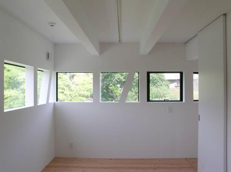 2階子世帯主寝室: 株式会社小島真知建築設計事務所 / Masatomo Kojima Architectsが手掛けた寝室です。