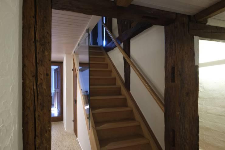 Treppenaufgang:  Flur & Diele von Schönenberger Architektur Immobilien GmbH - dipl Architekten