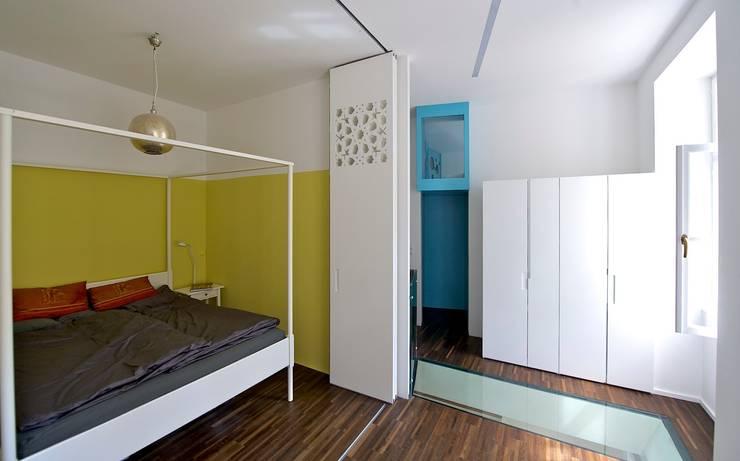 schlafzimmer offen zu wohnzimmer:  Wohnzimmer von 3rdskin architecture gmbh